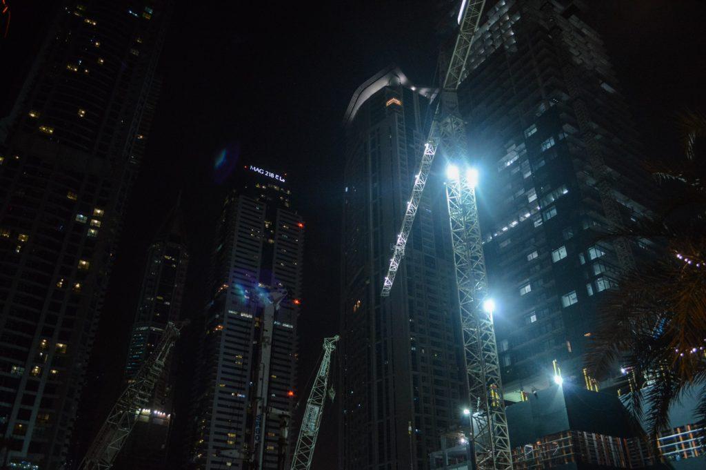 dubaj budowa nocą