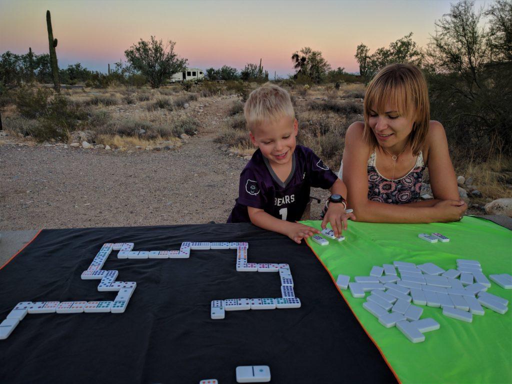 Gramy w domino na kempingu w Arizonie. Mniejsze gry np double sprawdzają nam się nawet podczas jazdy samochodem